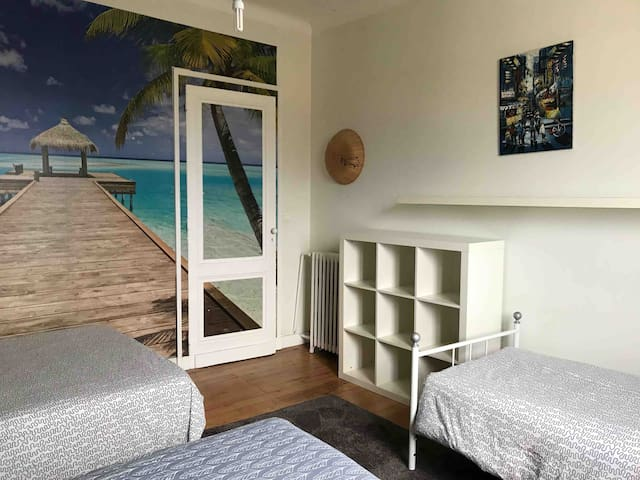 Chambre 4 avec un lit double et deux lits simples.