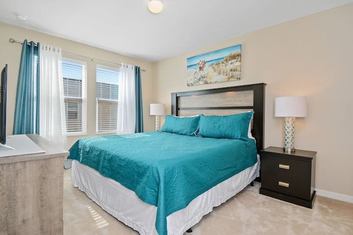 Master Bedroom Ensuite w King Size Bed