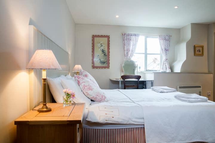 Three en-suite bedroom cottage with indoor pool