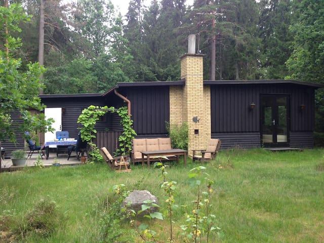 Fredfyldt hus i skoven, 300m fra Helgasjön - Växjö N - Cabaña