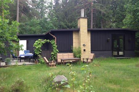 Fredfyldt hus i skoven, 300m fra Helgasjön - Växjö N - Zomerhuis/Cottage