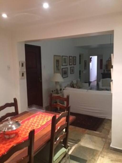 O apartamento 'r fresco e possui Wi-fi em toda a sua extensão.