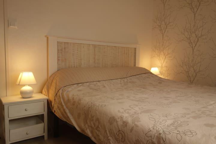Chambre 1 : lit 160 cm  (passe-roses.com)