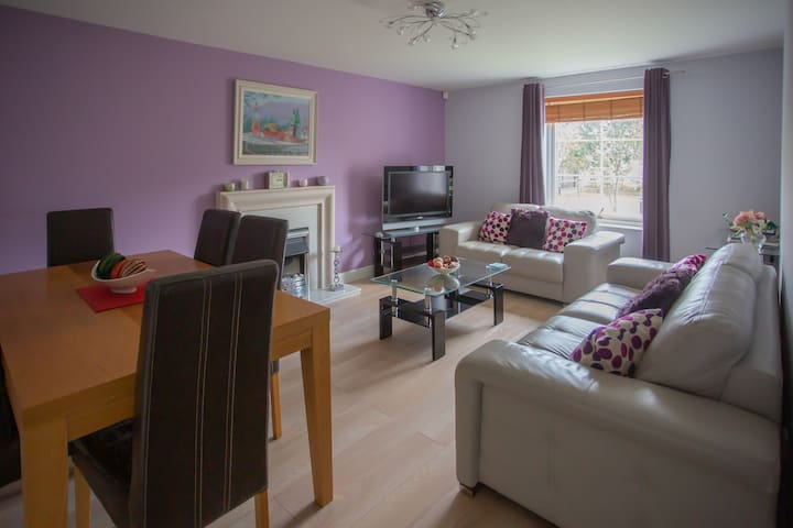 3 Bedroom City centre flat, WiFi & private parking