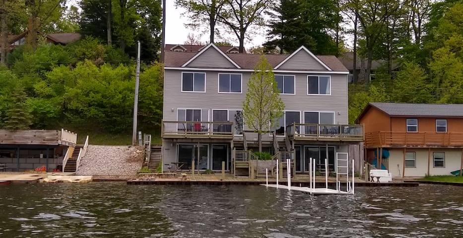 Very Large Lake-front house with beautiful scenery
