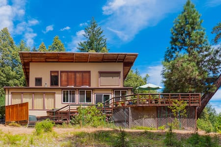 Home nestled on 40 Forested Acres with Breakfast