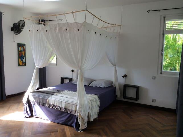 La chambre Marie-Galante (25 m2), à l'étage, donne d'un côté sur la piscine et de l'autre sur un balcon privatif. Elle dispose d'un lit double de 140 cm.