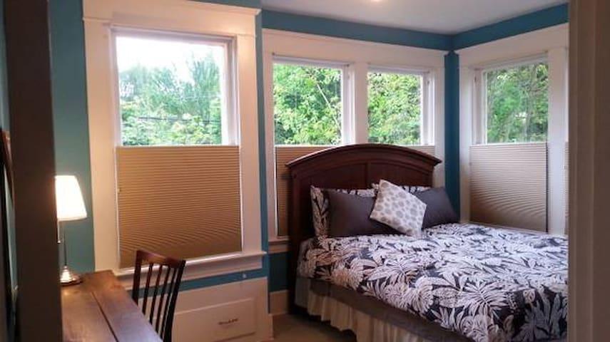 Lovely Irvington House - Blue Room