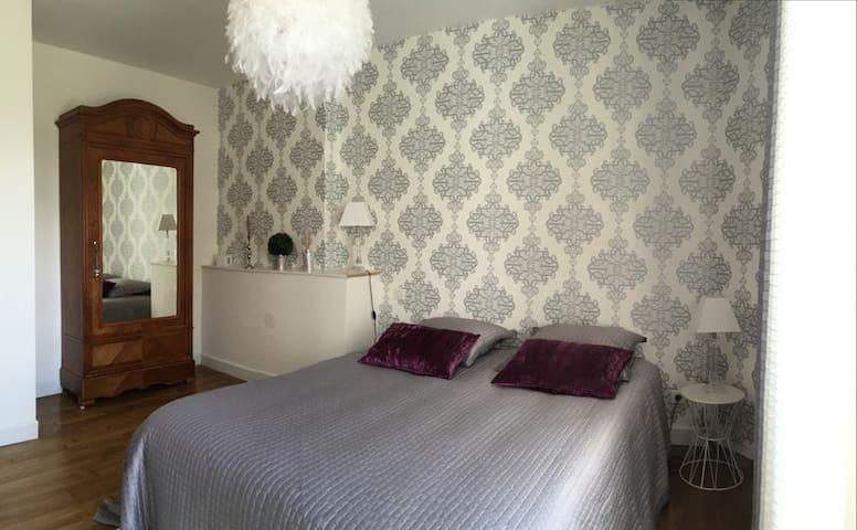 Une chambre avec un couchage en 160