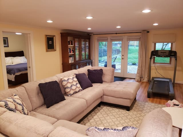 4 Min to NP, private, King BR, large LR &TV, patio