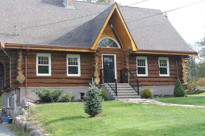 Log Home Living right in the city! - Hammonds Plains - Rumah