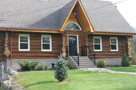 Log Home Living right in the city! - Hammonds Plains - Huis