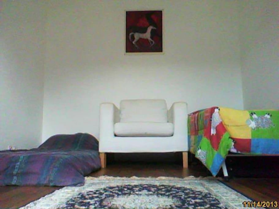 un lit double et deux simples