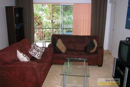 Quiet & conveniently located flat - Clayfield