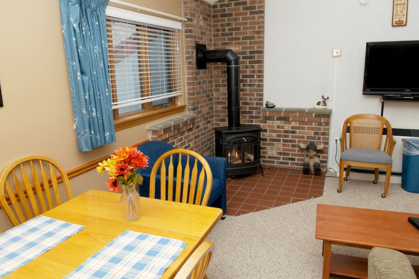 Dinning and gas Stove, warm and cozy!!