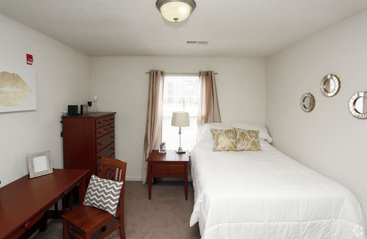 Comfy  Apartment  near EIU