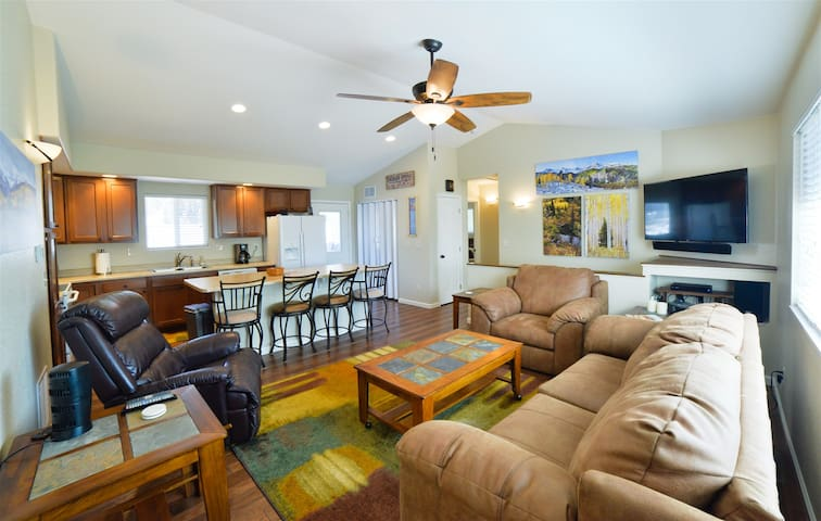 Sunny Central Hideaway-Close to UCCS-GOG`s with Spacious and private floor plan!