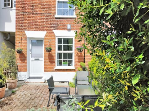 The 'Secret Cottage' in Wivenhoe... awaits you!