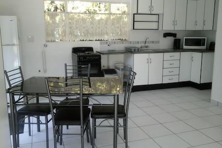 Araluen Cottage Benoni,  clean, selfcatering . - Benoni - 公寓