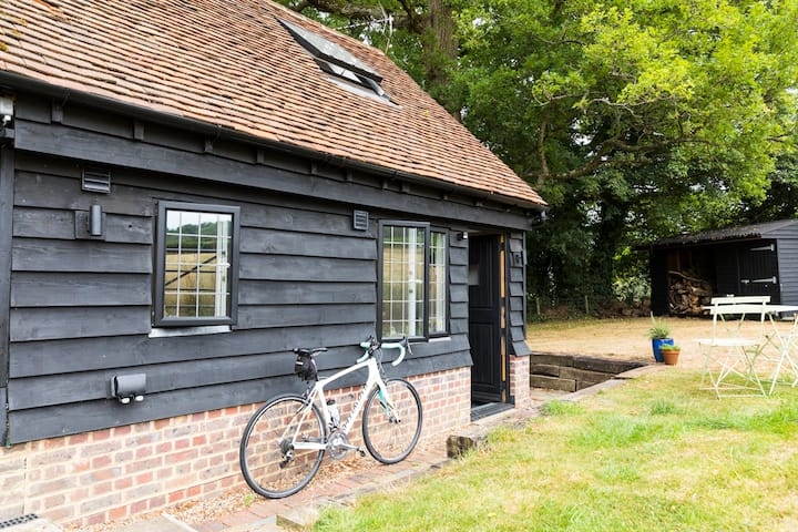 Peaceful, cosy detached barn in the Surrey Hills.