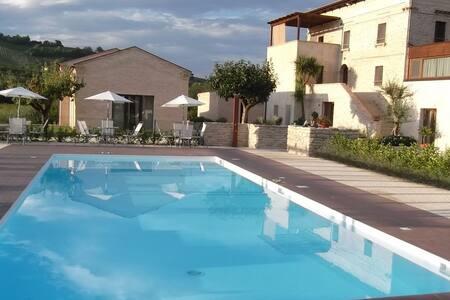 Appartamento con giardino privato - Montalto delle Marche - Lejlighed