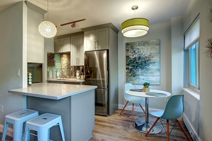 Modern Coastal Downtown:King bed+Work Desk+Kitchen