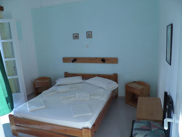 Triple Room, Kini Syros (C)