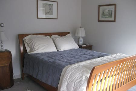 Sunny Room Near Beaches and K'port - Kennebunk