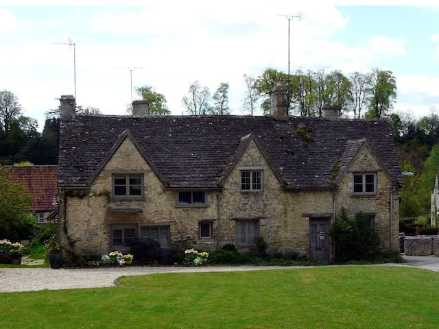 Exquisite Cotswold Cottages Bibury