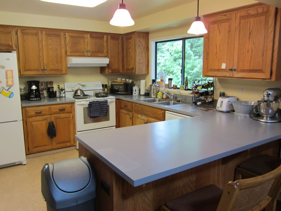 Fully stocked kitchen, all appliances, cookware, dishes and cutlery
