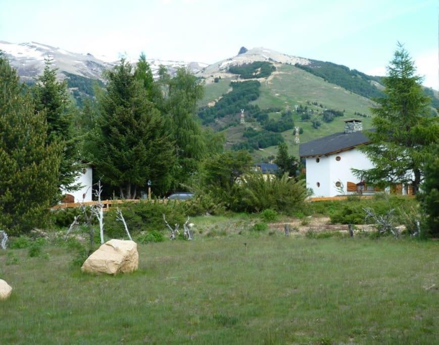 El jardín en verano con vista al cerro