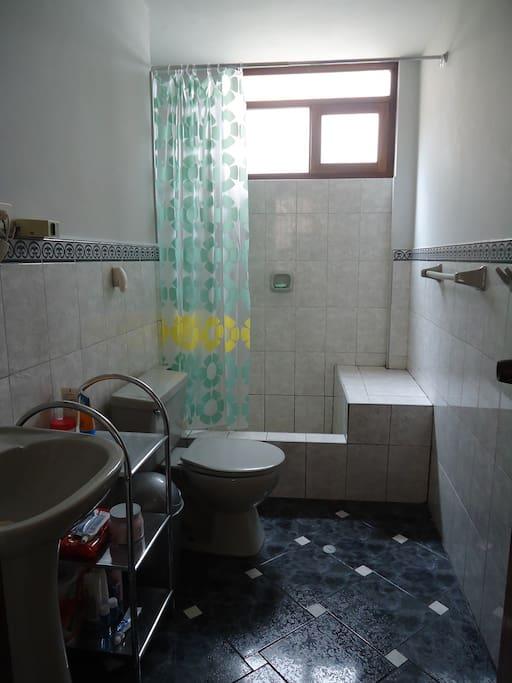 Amplio y cómodo baño privado