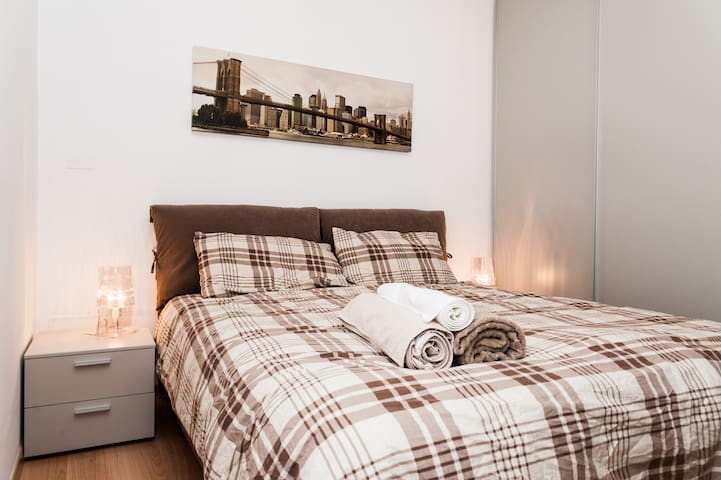 A huge, comfortable double bed! Sleep tight!