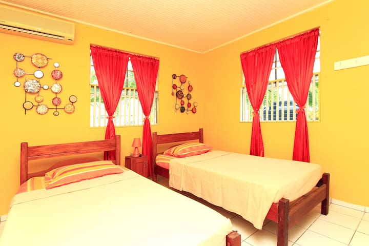 Comfy Lodgings Breezy Orange Room - Rices - Dom