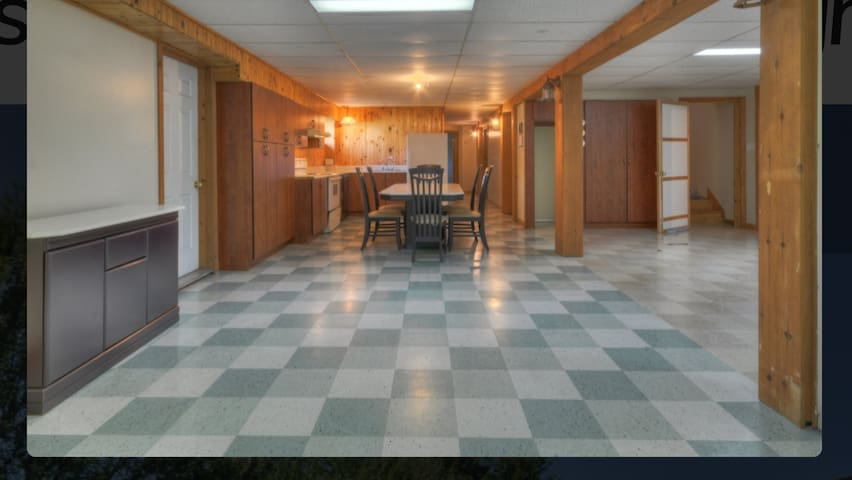 Vue d'ensemble de la salle à dîner et de la cuisine  et le corridor qui mène aux chambres  avec la salle de bain .