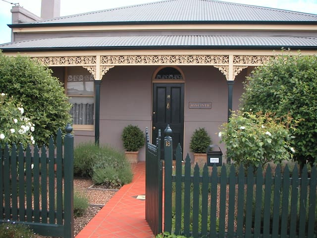 Renovated Central Victorian Cottage - Bendigo - House
