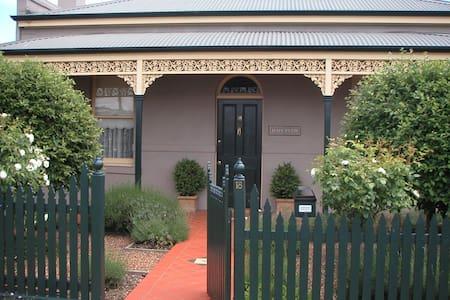 Renovated Central Victorian Cottage - Bendigo