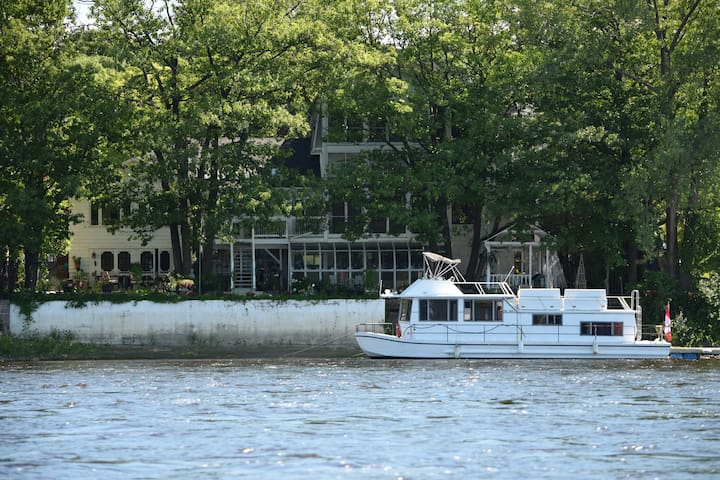 Magnificent Riverfront Mansion - Gatineau - Bed & Breakfast