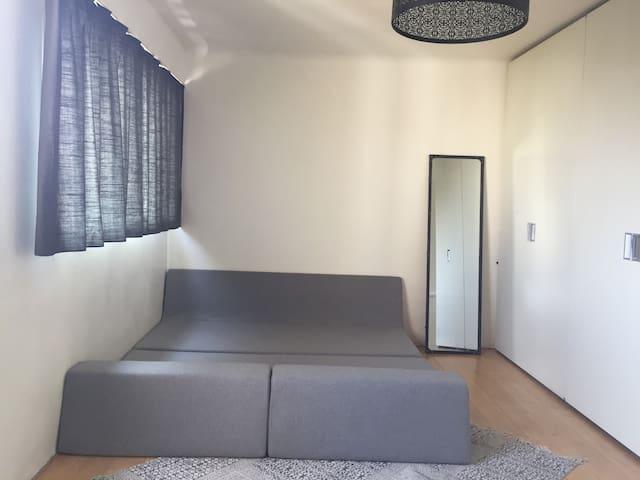 Chambre avec canapé lit