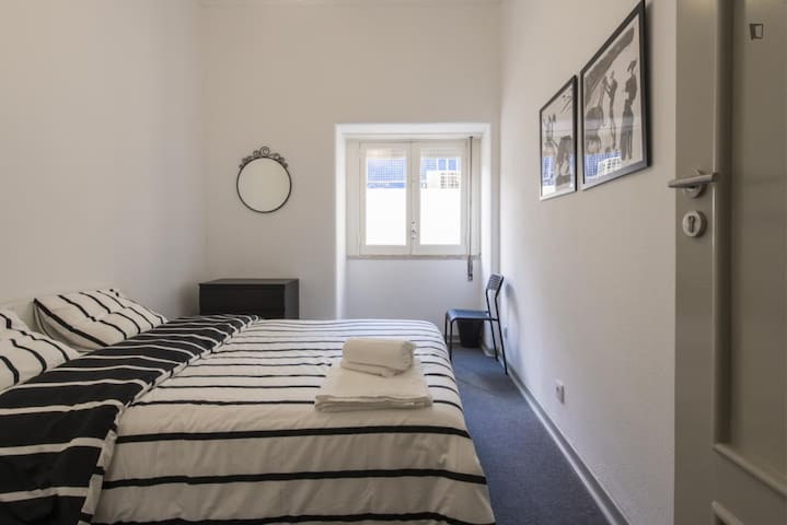 Beautiful room with large window with blinds - Bed linens and bathtowels are supplied