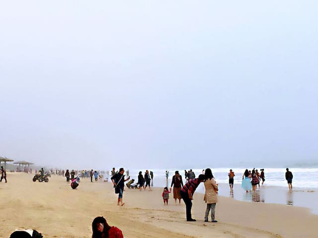 冬天的沙滩也可以如此多人。过年就来海陵岛保利十里银滩。