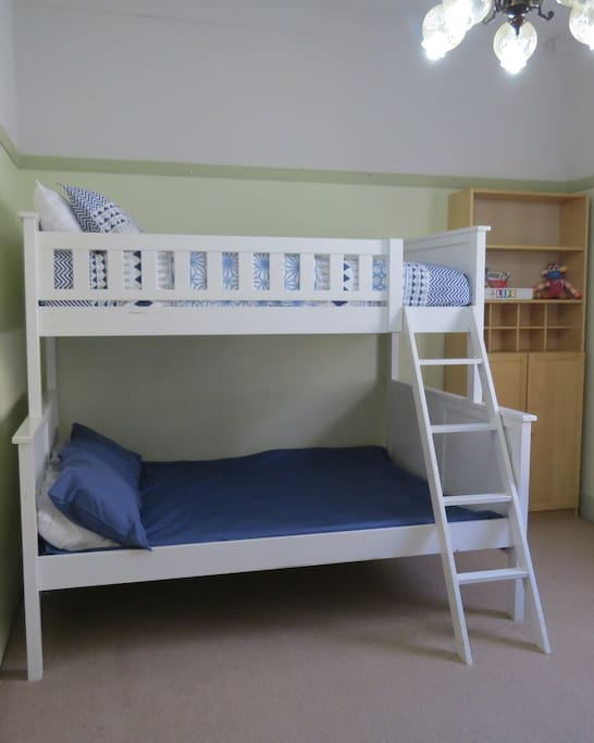 Double bunk base, single top bunk, also SB in room
