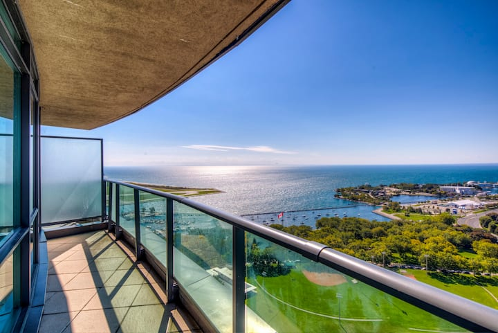 Astounding  Lakeview Penthouse w/ Pool,Sauna, GYM