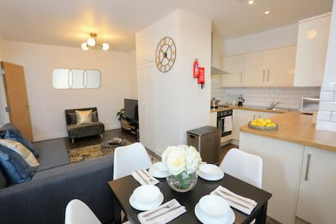Captivating & Modern 1 Bed in Waftford