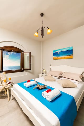 Sea colours and materials are everywhere in the bedroom.