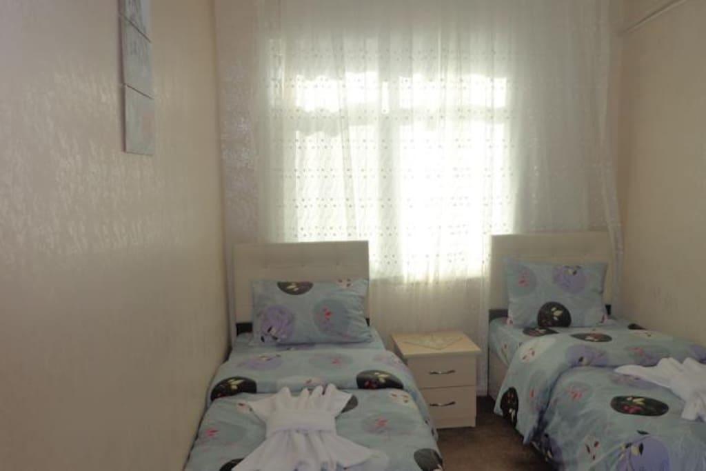 Standart Çift Kişilik veya İki Yataklı Oda  5 Odadan Oluşmaktadır yerimiz.. Her oda kendine has banyosu duşakabini odanın içindedir... Günlük bir odanın Fiyatı 70 TL dir.  Eyer kahvaltı isterseniz kahvaltı fiyatı kişi başı 20 TlL dir..