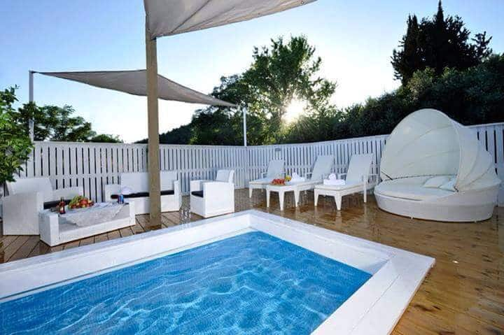 white wooden cabin with pool and spa, near amirim