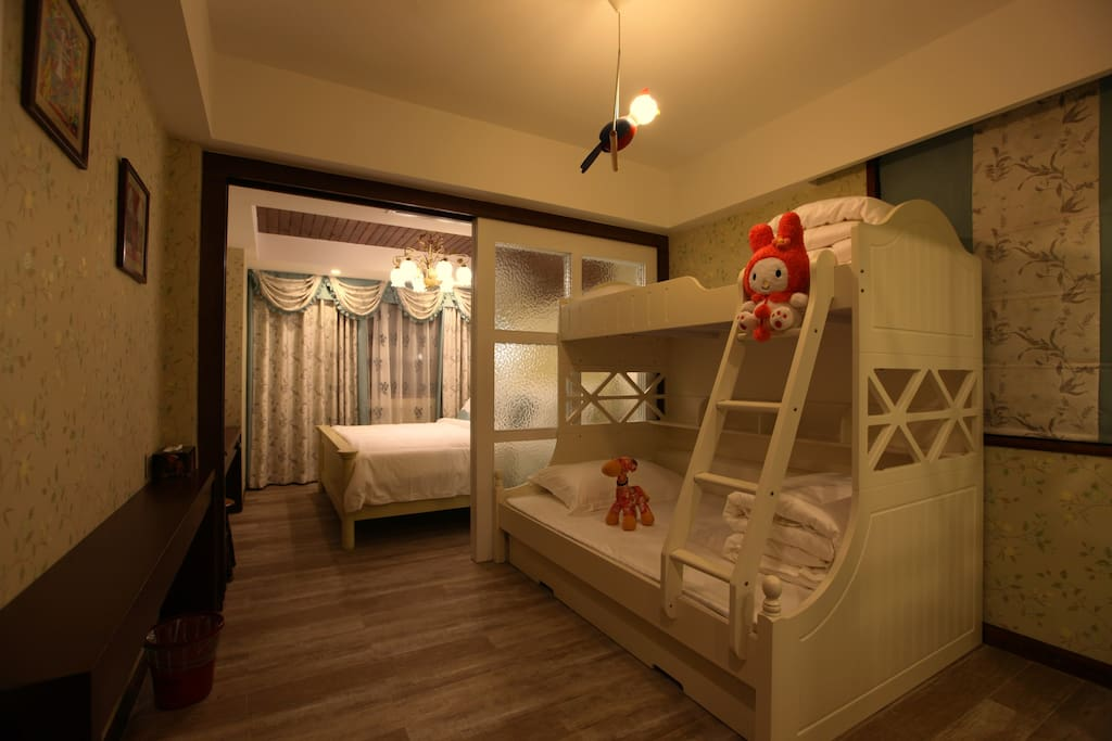 【笑语】家庭亲子房,位于整栋楼的二楼,房间可独立2个房间;内屋是一张1.8米*2米的大床;外屋是一张上下床,下铺1.35*2米,上铺是1米*2米;可住3大一小;