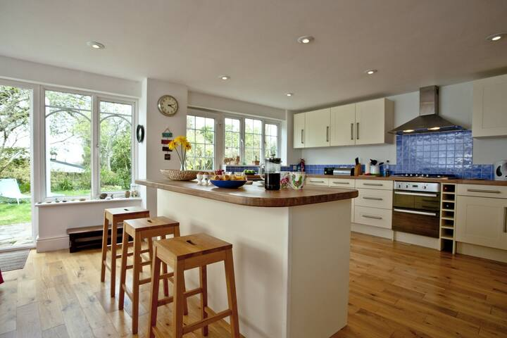 Spacious 5 Bed Village House near Salcombe