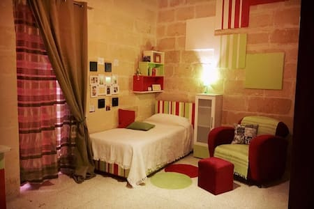 One bedroom which can sleep up to 3; central area. - Santa Venera